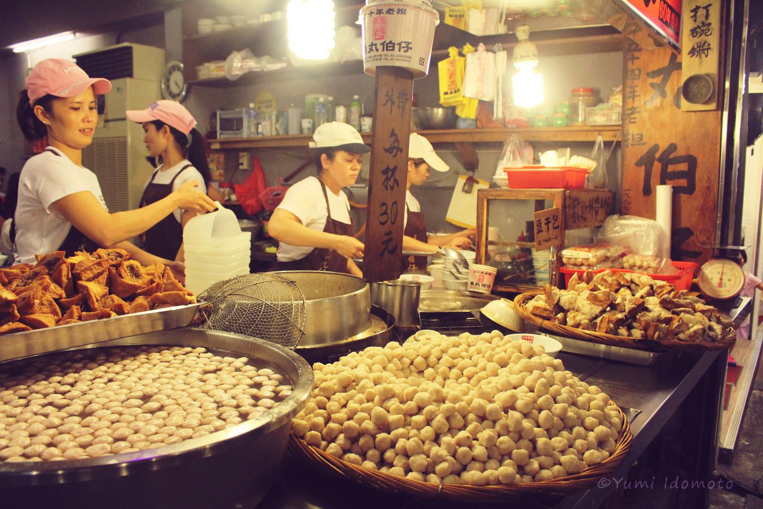台湾旅行記-九份(きゅうふん・ジウフェン)名物の貢丸(ゴンワン)&魚丸(ユーワン)たくさん売ってる