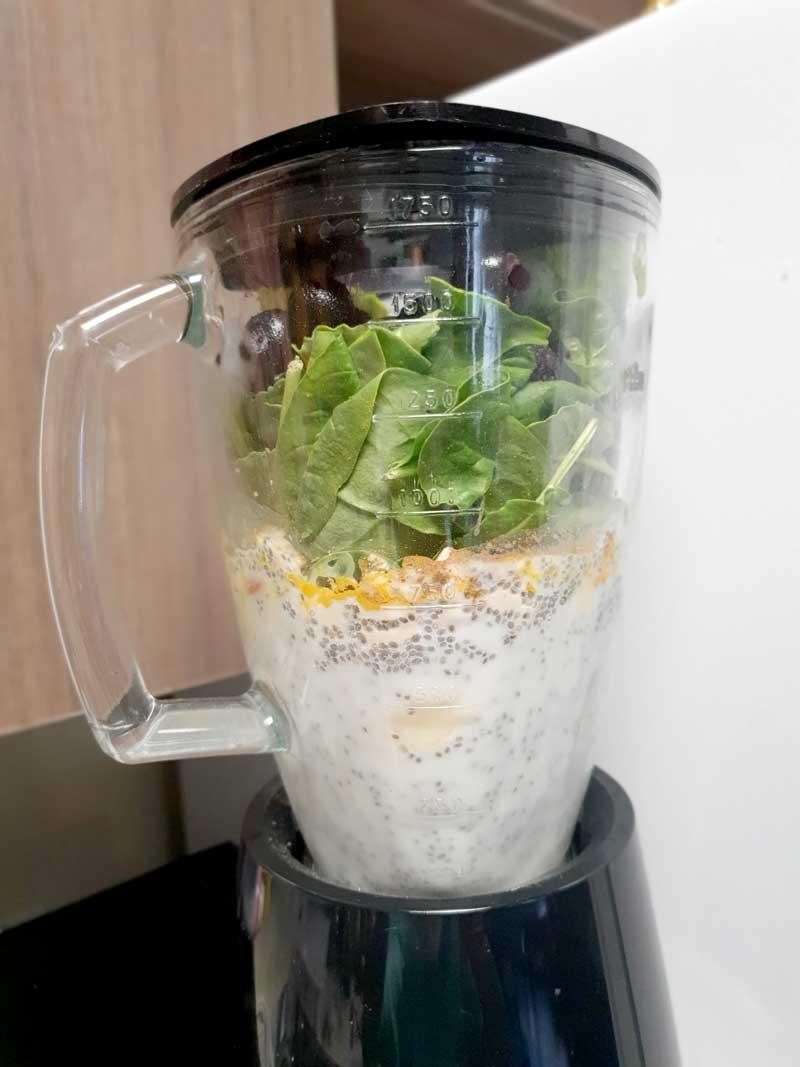 ミキサーにかける:朝食に!脳と腸に良いお腹いっぱいパワーグリーンスムージーのレシピ