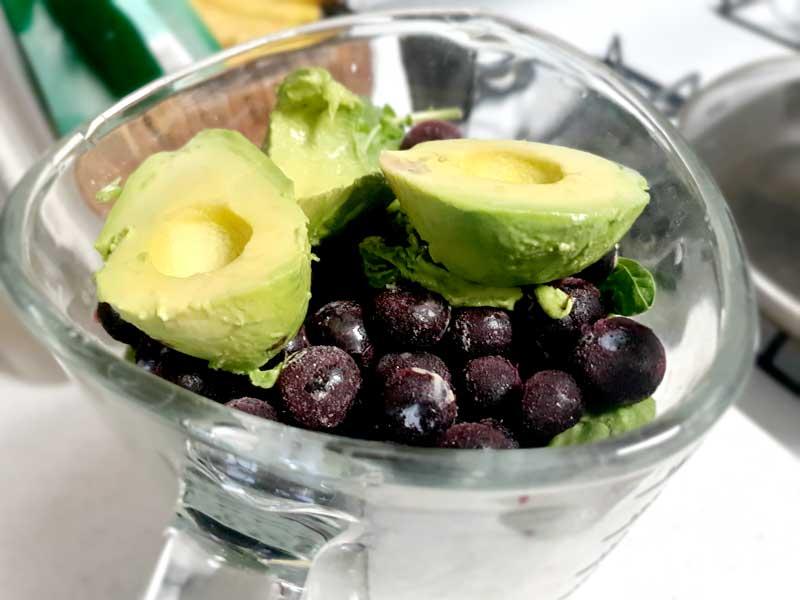 固形物を入れる:朝食に!脳と腸に良いお腹いっぱいパワーグリーンスムージーのレシピ