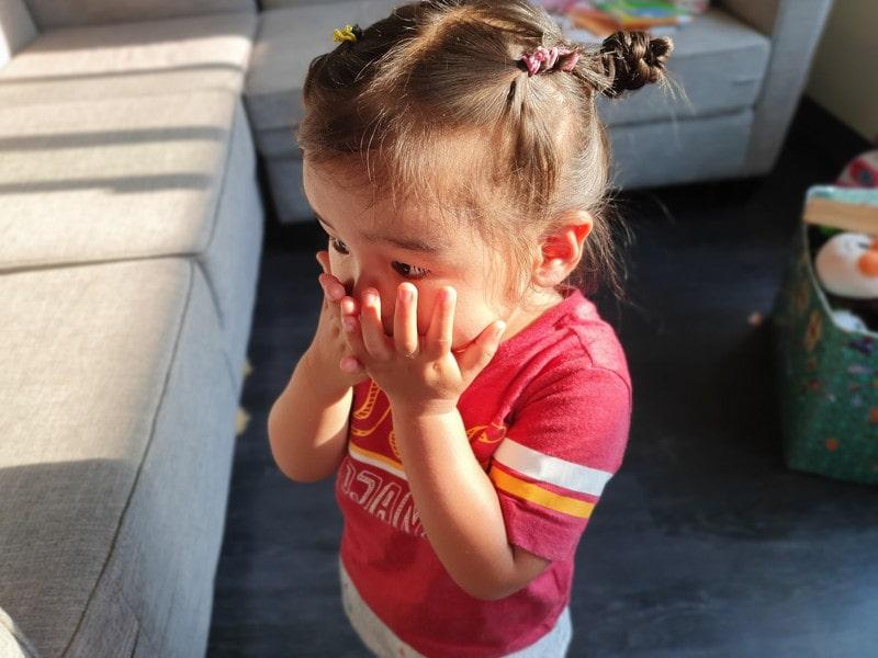 ラベンダーオイルの匂いを嗅ぐ娘-イヤイヤ期真っ盛りの2歳児の癇癪を一瞬にして鎮める方法
