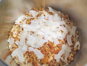 乾きものを先に混ぜます-サクサク感がやみつき!砂糖不使用グラノーラのレシピ
