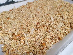 オーブンプレートに広げる-サクサク感がやみつき!砂糖不使用グラノーラのレシピ